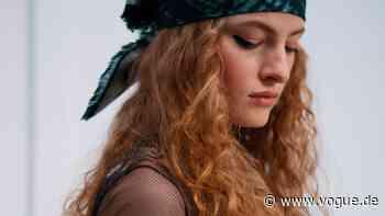 Wie man Frizz reduziert – ein Leitfaden für glattes, glänzendes Haar - VOGUE Germany
