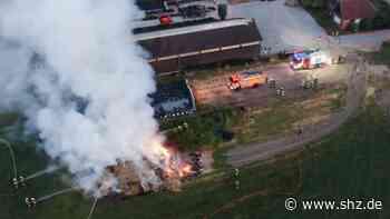 120 Heuballen in Flammen: Brand auf Bauernhof in Ahrensfelde an der Bundesstraße 208 | shz.de - shz.de