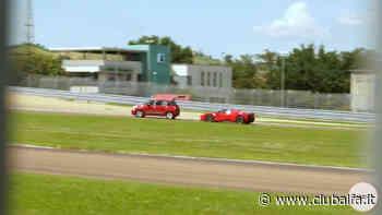 Ferrari SF90 Stradale si diverte sul circuito di Fiorano con una Fiat 500L - ClubAlfa.it
