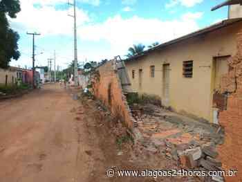 Carreta carregada de postes derruba muro em Arapiraca - Alagoas 24 Horas