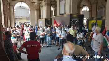 """Columbus, dipendenti in piazza a Parma: """"Ancora nessuna risposta. Situazione inaccettabile"""" - La Repubblica"""