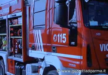 Fienile in fiamme a Calerno, odore acre nella zona est di Parma - Video - Gazzetta di Parma