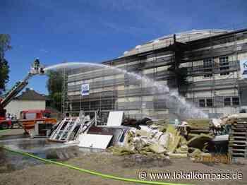 Brand vor einer Moschee, Feuerwehr verhindert Brandübertritt - Lokalkompass.de