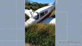 Avião monomotor cai em valeta após tentativa de decolagem em Biritiba Mirim, diz Corpo de Bombeiros - G1