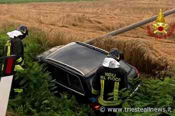 Incidente a Fontanafredda: auto esce di strada e abbatte palo... - TRIESTEALLNEWS
