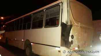 Ônibus bate em residências no bairro Araújo em Guanambi - Agência Sertão