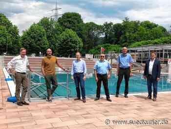 Waldshut-Tiengen: Max Mutzke, Badegäste und Oberbürgermeister sind sich einig: Das frisch sanierte Tiengener Freibad ist wunderschön - SÜDKURIER Online