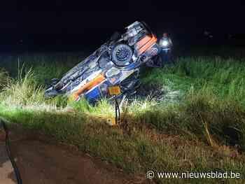 Rallywagen belandt in gracht: inzittenden ontsnappen nipt aa... (Vleteren) - Het Nieuwsblad