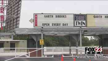 Hundreds line up, wait in their cars for Garth Brooks' drive-in concer - KRMG