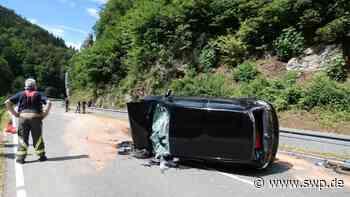 Bad Urach Unfall auf der B 465: Auto überschlägt sich mehrmals - SWP