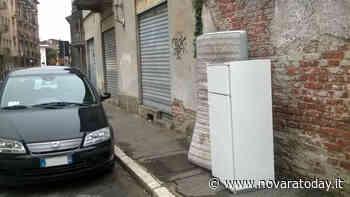 Trecate, abbandona vecchi mobili in strada: individuato e multato dai vigili - Novara Today