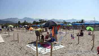 Spiaggia libera della Rotonda a Marina di Carrara. Bocciata la pulizia dell'arenile - Il Tirreno
