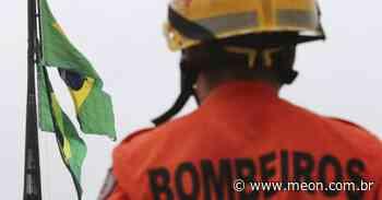 Carro capota e dois homens são socorridos pelos bombeiros em Pindamonhangaba - Portal Meon