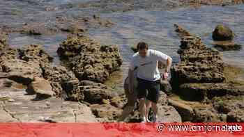 Fotos inéditas mostram pai de Maddie a fazer buscas no areal e nas rochas da Praia da Luz - Correio da Manhã