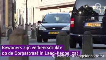 Bewoners zijn verkeersdrukte op Dorpsstraat in Laag-Keppel zat - Omroep Gelderland