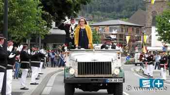 Schützenparade im Oldtimer Kübelwagen durch Olsberg - Westfalenpost