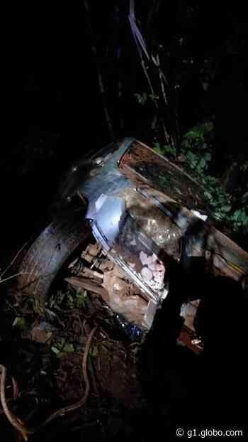 Três mulheres ficam feridas após veículo cair em barranco em Osvaldo Cruz - G1