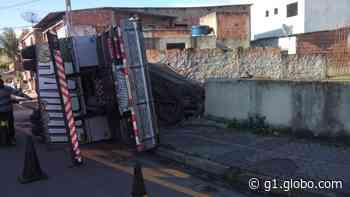 Caminhão perde o controle, tomba e atinge portão de Igreja em Quatis - G1