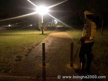 Scalzo e solo in accappatoio di notte nel parco. Fermato a Vignola dalla Polizia locale - Bologna 2000