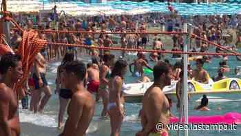 Liguria, tanta gente al mare: spiagge affollate da Albissola Marina a Varazze - La Stampa