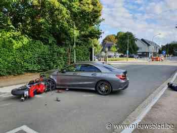 Twee motorrijders gewond na botsing met wagen (Asse) - Het Nieuwsblad
