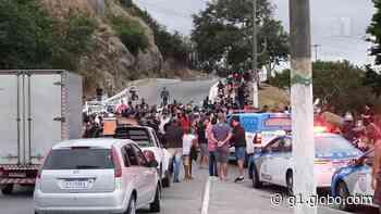 Ambulantes fecham ponte em manifesto pela retomada das atividades em Cabo Frio, no RJ - G1