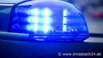 Waldkraiburg: Unfallflucht in der Enzianstraße – Außenspiegel von Caritas-Fahrzeug beschädigt - innsalzach24.de