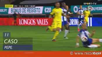 Paços de Ferreira reclama penálti na área do FC Porto após este lance de Pepe - Record