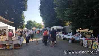 L'assalto dei commercianti lombardi al mercatino dell'antiquariato a Borgomanero: oltre 130 bancarelle al Foro Boario - La Stampa