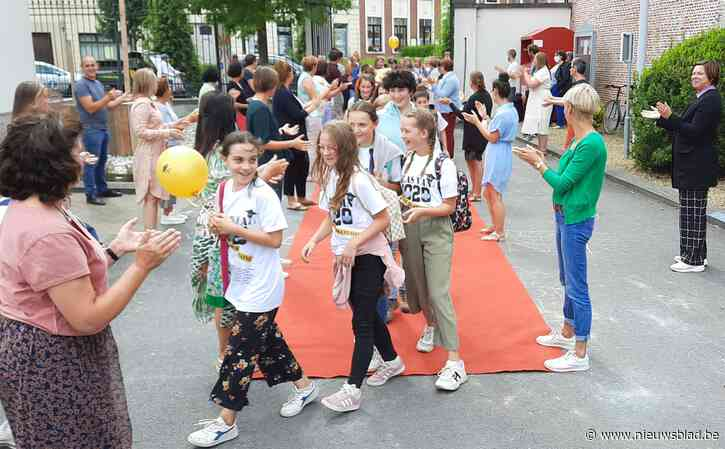 Rode loper voor afscheidnemende zesdeklassers in Sint-Franciscusschool