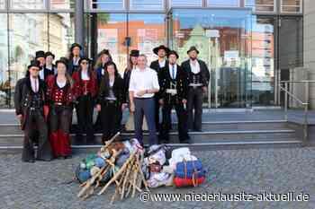 12 Wandergesellen machten in Senftenberg Station - NIEDERLAUSITZ aktuell