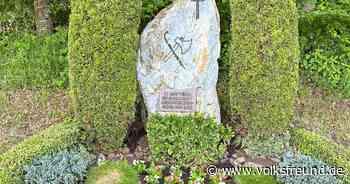 Pilger pflanzen Blumen am Gedenkstein in St. Thomas - Trierischer Volksfreund