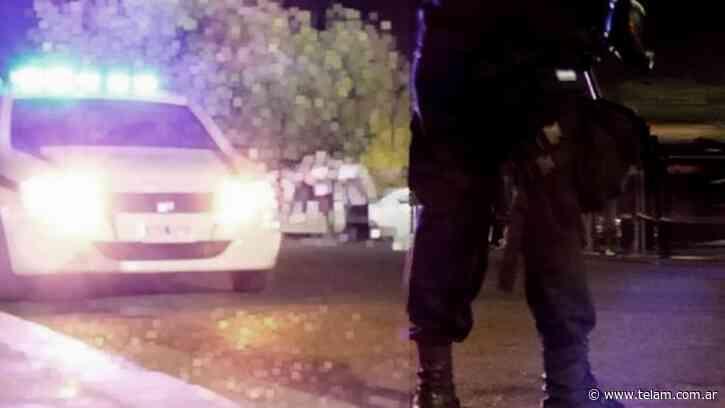 Asesinan de una puñalada en el cuello a una mujer en Rosario y detienen a su pareja - Télam