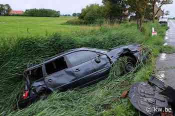 Wagen gaat uit de bocht in 's Heerwillems bij Veurne en belandt in de gracht