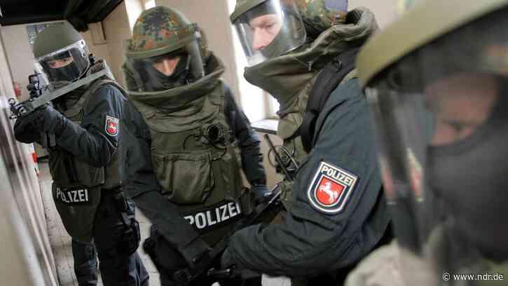 Aurich: Polizei nimmt bewaffneten Mann fest - NDR.de