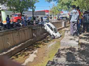 Guanambi: Carro cai no canal da feira após ser atingido por outro veículo - Voz da Bahia