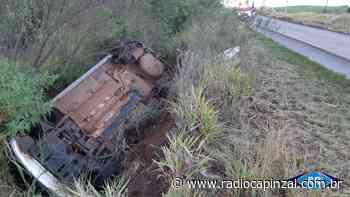 Carro sai da pista e capota na SC-467 em Capinzal - Rádio Capinzal