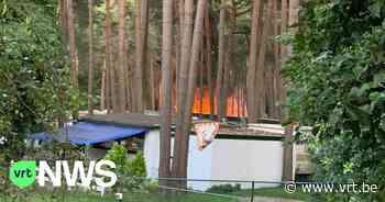 Hevige brand in Maasmechelen legt vier caravans in de as - VRT NWS