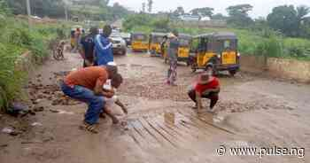 Anambra residents begin patch work on bridge linking Awka North and South - Pulse Nigeria