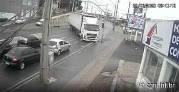 Motorista perde controle e caminhão bate contra moto e furgão em Piraquara; vídeo - CGN
