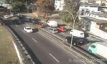 Rua Pinheiro Machado, em Laranjeiras, tem pista sentido Botafogo fechada devido a uma manifestação - Jornal O Globo