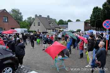 Driehonderd buurtbewoners protesteren tegen Scholenproject K... (Brasschaat) - Het Nieuwsblad