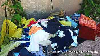 Schramberg - Kleidung neben gesperrtem Altkleider-Container entsorgt - Schwarzwälder Bote