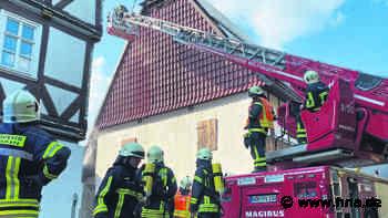 Wolfhagen bei Kassel: Feuerwehr-Großeinsatz bei Brand in Scheune - HNA.de