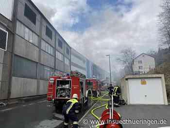 Großeinsatz der Feuerwehren bei Brand in Tettauer Firma - inSüdthüringen.de