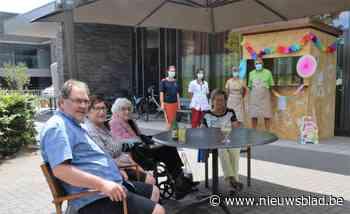 WZC Blijvelde verwent bewoners en bezoekers met een zonnige zomerbar - Het Nieuwsblad
