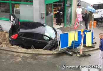 Wagen rijdt in werfput: straat in Brugse Poort afgesloten