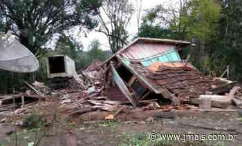 Carreta sai da pista e destrói casa na Colônia Escada, em Irineópolis - JMais