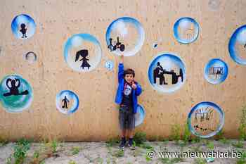 School pakt uit met enorm kunstwerk over coronavirus - Het Nieuwsblad
