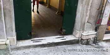 Sanremo: portone di palazzo Roverizio rovinato dal tempo, un pericolo per l'incolumità dei passanti (Foto) - SanremoNews.it